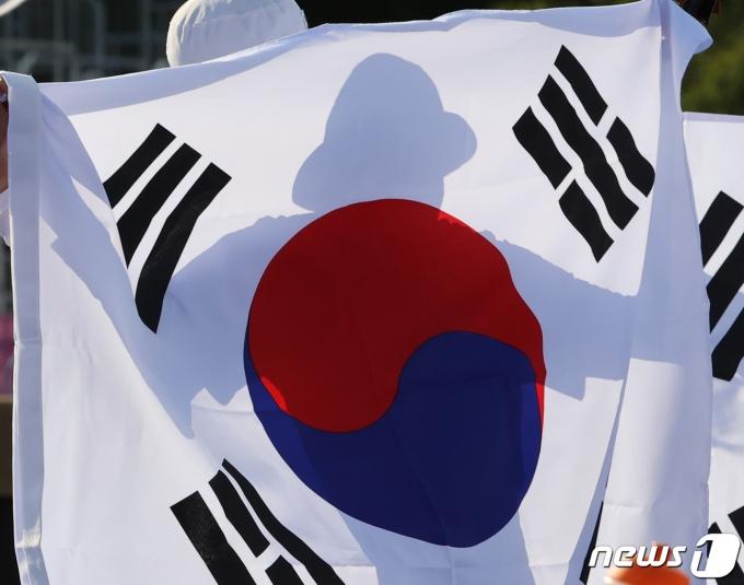 [사진] 태극기 든 대한민국 양궁 혼성단체전 대표팀