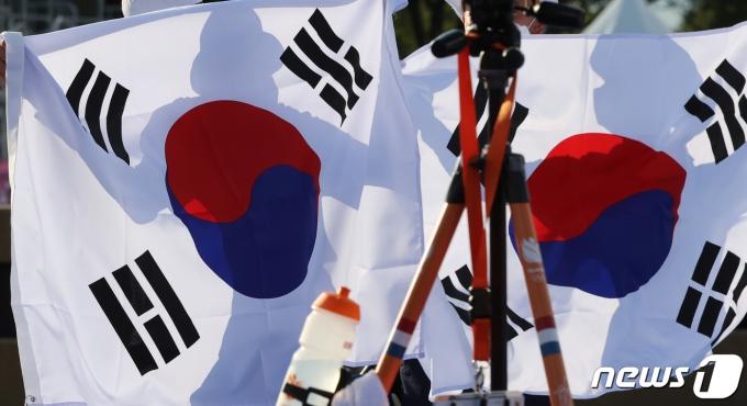 [사진] 태극기 들고 환호하는 양궁 혼성 단체전 대표팀