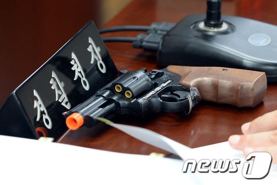 모의 권총./뉴스1 © News1 이광호 기자