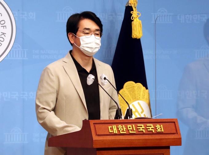 민주당의 대선 주자 중 1명인 박용진 의원이 이재명 경기도지사의 대선공약을 비판했다. 사진은 박 의원이 최근 서울 여의도 국회 소통관에서 공약 관련 기자회견을 하던 모습. /사진=뉴시스