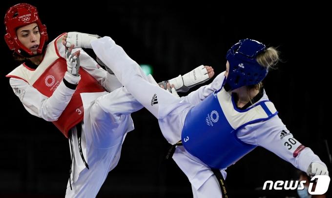 영국의 태권도 영웅 제이드 존스(오른쪽)가 난민 팀으로 나온 키미 알리자데에게 패하며 올림픽 3연패가 무산됐다.  © AFP=뉴스1