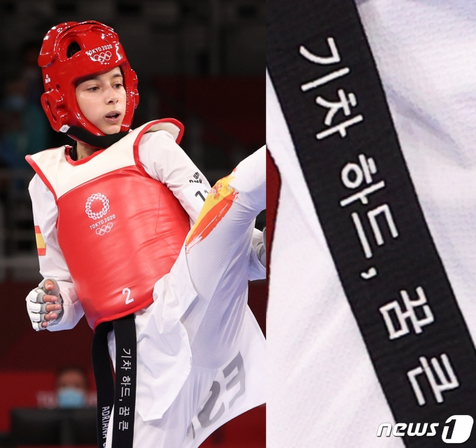 스페인 신예 아드리아나 세레소 이글레시아가 24일 일본 지바현 마쿠하리 메세A 홀에서 열린 여자 태권도 47kg 급 결승전 경기를 하고 있다. 아드리아나 선수는 도쿄올림픽 출전 포부를 띠에 적었으나, 오번역으로 인해