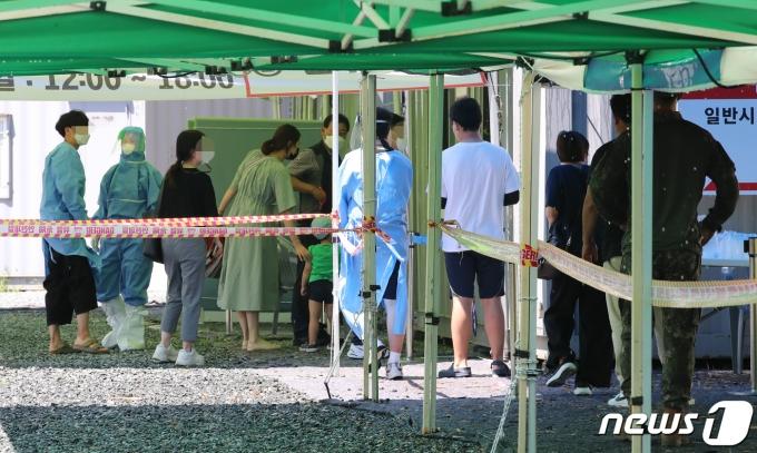 지난 23일 오전 대전 유성구 엑스포과학공원 임시선별진료소에서 시민들이 검사를 받고 있다./뉴스1 © News1 김기태 기자