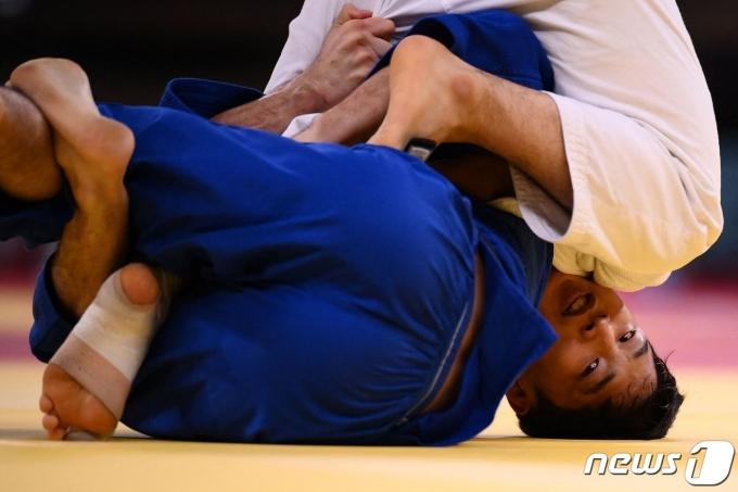 한국 유도 남자 66㎏급의 안바울(흰색 도복)이 도쿄 올림픽 8강전에서 아드리안 곰보츠(슬로베니아)를 누르고 4강에 진출했다. © AFP=뉴스1 © News1