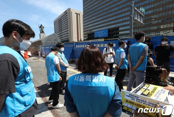 서울시가 광화문광장에 설치된 '세월호 기억공간' 철거를 위해 사진과 물품 정리에 나서겠다고 통보한 가운데 기억공간으로 들어가려는 서울시 관계자들과 이를 반대하는 세월호 유가족 등이 대치하고 있다. 2021.7.25/뉴스1 © News1 신웅수 기자