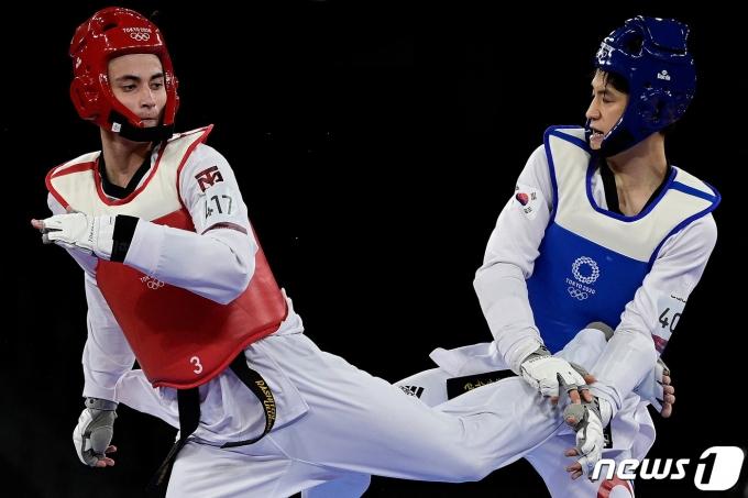 한국 태권도 '간판' 이대훈이 25일 일본 지바 마쿠하리 메세 A홀에서 열린 2020 도쿄올림픽 태권도 남자 68㎏급 16강전에서 울루그벡 라시토프(우즈베키스탄)와 연장전 끝에 19-21로 졌다. © AFP=뉴스1