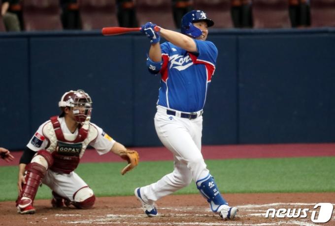 [사진] 안타로 첫 타점 올리는 김현수