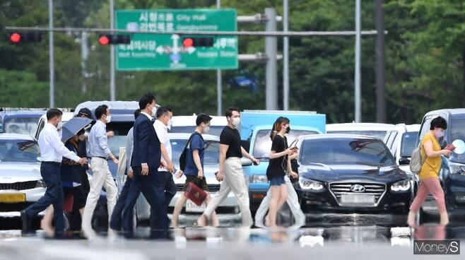 월요일(26일)에도 서울의 한낮 기온이 36도까지 오르며 가마솥 더위가 계속될 전망이다. 사진은 서울 영등포구 여의도환승센터 인근 도로에서 아지랑이가 피어오른 모습. /사진=장동규 기자