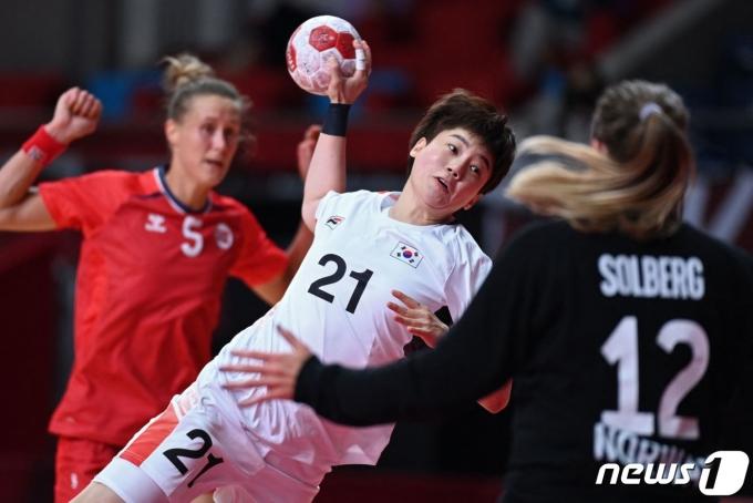 한국 여자핸드볼 조하랑이 노르웨이 골문에 공을 던지고 있다. © AFP=뉴스1