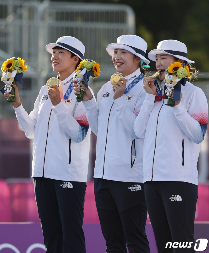 [사진] 한국 여자 양궁팀, 올림픽 단체전 9연패
