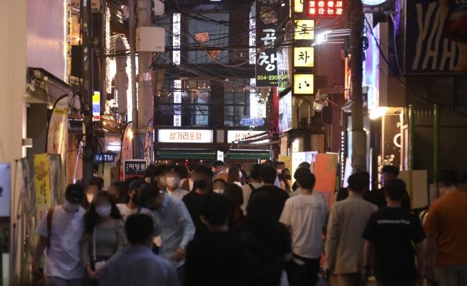 비수도권 '식당·카페' 밤 10시 문 닫는다… 거리두기 3단계