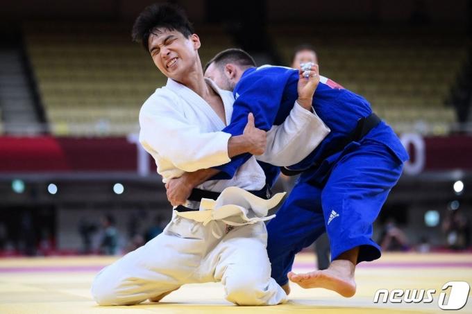 안바울이 2020 도쿄 올림픽 남자 66㎏급 8강에서 아드리안 곰보츠(슬로베니아)와 경기 중인 모습. © AFP=뉴스1 © News1 조재현 기자