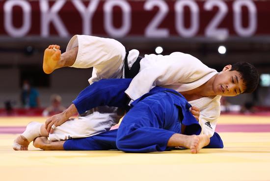 안바울(흰색 도복)이 25일 오후 일본 도쿄 부도칸에서 열린 2020 도쿄 올림픽 유도 남자 66㎏급에서 동메달을 획득했다. 사진은 이번 대회 안바울의 경기 장면. /사진=로이터