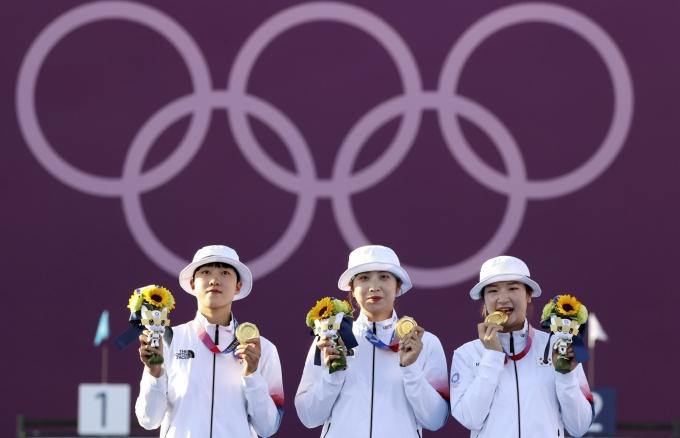 한국 여자 양궁 대표팀이 도쿄올림픽에서 단체전 9연패 위업을 이뤄냈다. 사진은 금메달을 차지한 안산(왼쪽부터), 장민희, 강채영. /사진=뉴시스