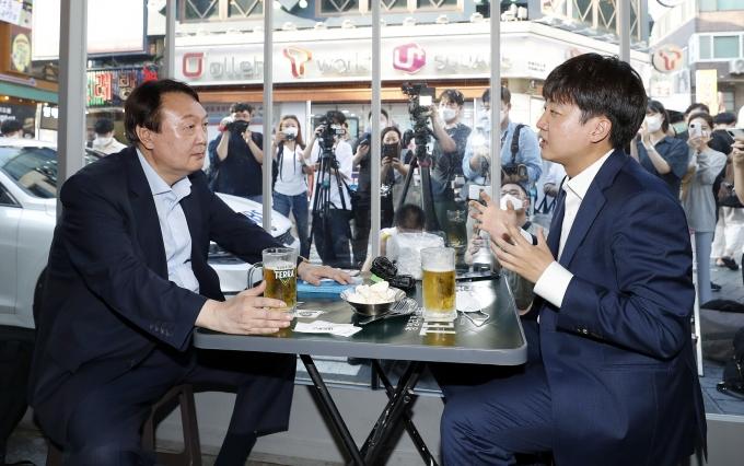 이준석 국민의힘 대표와 윤석열 전 검찰총장이 25일 오후 서울 광진구의 한 치킨집에서 두 번째 만남을 갖고 앞으로의 행보에 대한 의견을 나눴다. /사진=뉴스1