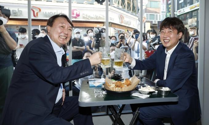 이준석 국민의힘 대표와 윤석열 전 검찰총장이 지난 25일 오후 서울 광진구의 한 치킨집에서 두 번째 만남을 갖고 앞으로의 행보에 대한 의견을 나눴다. /사진=뉴시스