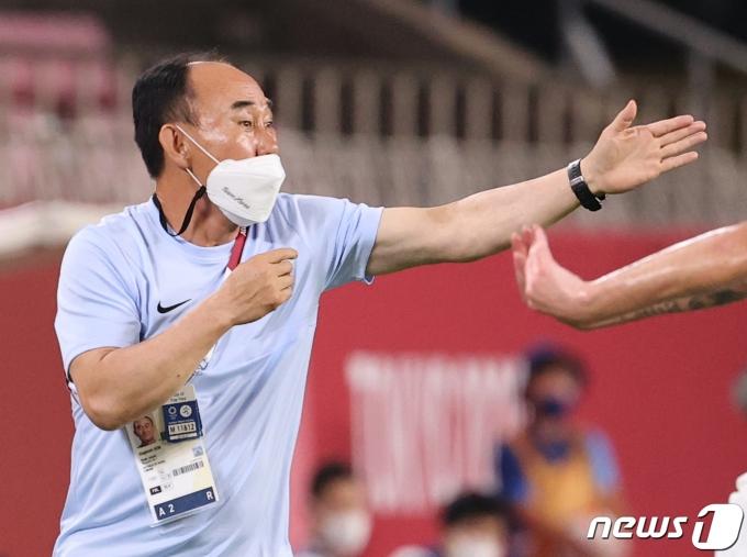[사진] 작전 지시하는 김학범 감독