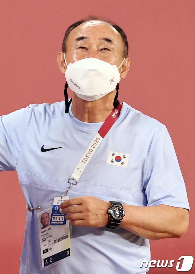 [사진] 김학범 '마스크 뒤로 보이는 미소'