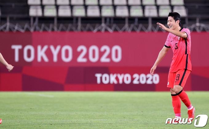 대한민국 이강인이 25일 오후 일본 이바라기현 가시마 스타디움에서 열린 '2020 도쿄올림픽' 남자축구 조별리그 B조 2차전 대한민국과 루마니아의 경기를 마친 후 미소를 짓고 있다. 이날 경기는 대한민국이 4대0으로 승리했다. 2021.7.25/뉴스1 © News1 이재명 기자