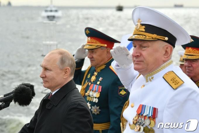 블라디미르 푸틴 러시아 대통령이 25일 해군의 날을 맞아 해상 퍼레이드를 참관했다. © AFP=뉴스1