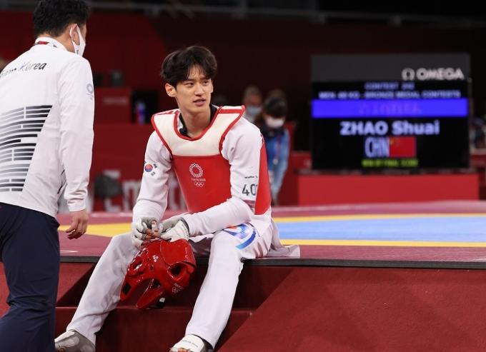 이대훈(오른쪽)이 25일 일본 지바현 마쿠하리 메세 A홀에서 열린 2020 도쿄올림픽 태권도 남자 68㎏급 동메달 결정전에서 패하며 메달 획득에 실패한 후 아쉬워 하고 있다. 이날 경기 후 이대훈은 현역에서 은퇴할 뜻을 나타냈다. /사진=뉴스1