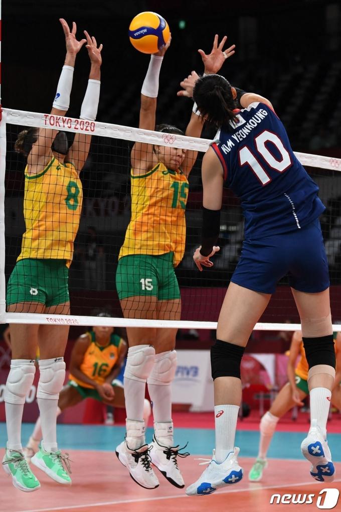 여자배구 김연경이 브라질을 상대로 스파이크를 시도하고 있다. © AFP=뉴스1