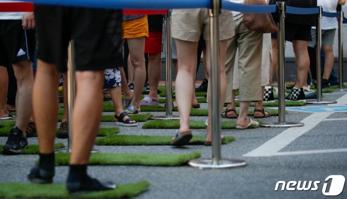 25일 서울 강남구보건소에 마련된 코로나19 선별진료소에서 시민들이 검사를 기다리고 있다. 2021.7.25/뉴스1 © News1 안은나 기자