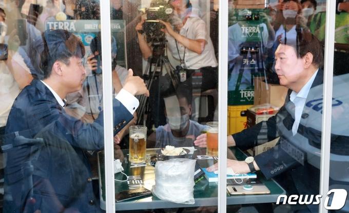 이준석 국민의힘 대표와 윤석열 전 검찰총장이 25일 오후 서울 광진구의 한 음식점에서 '치맥회동'을 하고 있다. © News1 구윤성 기자