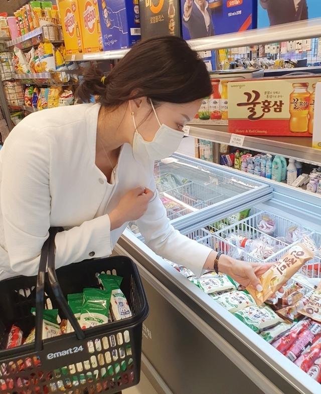 26일 편의점 GS25에 따르면 지난 19일부터 22일까지 컵얼음 매출은 전월 동기 대비 90.3% 상승했다. 아이스크림은 88.1% 이온 음료 매출은 89.7% 증가했다. /사진제공=뉴시스