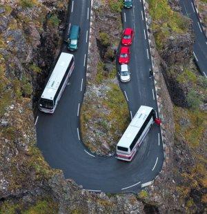 버스 전복돼 10명 숨지고 44명 부상… 원인은 졸음운전