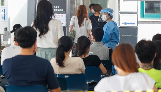코로나19 신규 확진자가 26일 0시 기준 1318명으로 조사됐다. 사진은 지난 25일 서울 강남구보건소 마련된 임시 선별진료소에서 코로나19 검사를 기다리는 시민 모습. /사진=뉴스1