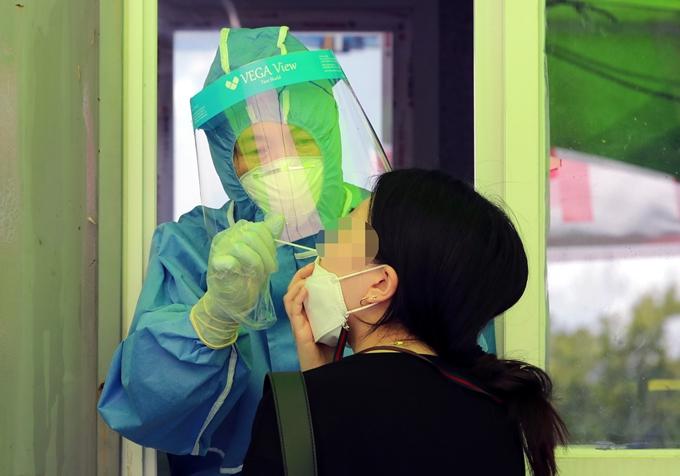 코로나19 일일 확진자 수가 26일 0시 기준 1318명을 기록했다. 사진은 지난 23일 대전 유성구 엑스포과학공원 임시선별진료소에서 코로나19 검사를 받는 시민 모습. /사진=뉴스1