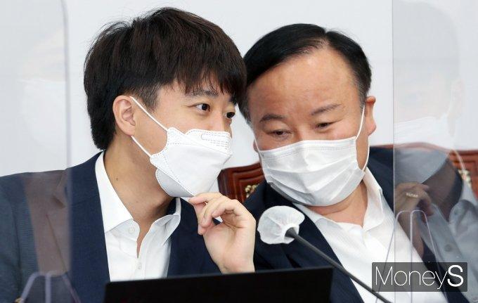 [머니S포토] 국민의힘 최고위, 의견 나누는 이준석·김재원