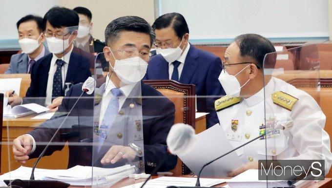 [머니S포토] 청해부대 집단감염 국회 국방위, 의견 나누는 서욱-부석종