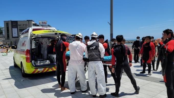 해운대 해수욕장에서 물놀이를 하다 실종됐던 대구 중학생이 수색 이틀째인 26일 숨진 채 발견됐다./사진=뉴스1(부상소방재난본부 제공)