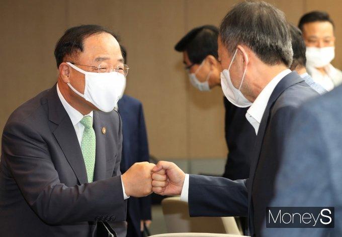 [머니S포토] 참석자들과 인사하는 홍남기 부총리