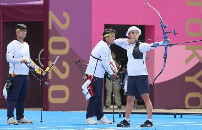 한국 남자 양궁 단체전 대표팀이 26일 도쿄 유메노시마 양궁장에서 열린 2020 도쿄올림픽 남자양궁 단체전 8강전에서 승리해 준결승에 진출했다, /사진=뉴스1