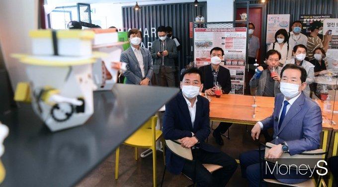 [머니S포토] 직장·주거 걱정 없는 창업밸리, 입주기업 제품바라보는 '정세균'