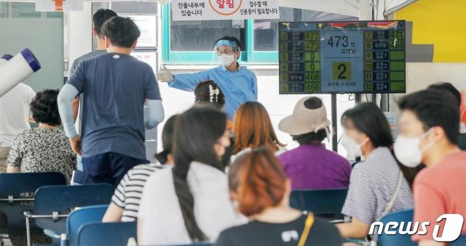 26일 서울 강남구 보건소에 마련된 신종 코로나바이러스 감염증(코로나19) 선별진료소가 시민들로 붐비고 있다. 2021.7.26/뉴스1 © News1 민경석 기자