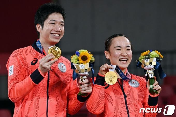 일본 탁구서 올림픽 역사상 첫 금메달을 획득한 미즈타니 준-이마 조가 금메달을 획득한 뒤 기뻐하고 있다. © AFP=뉴스1