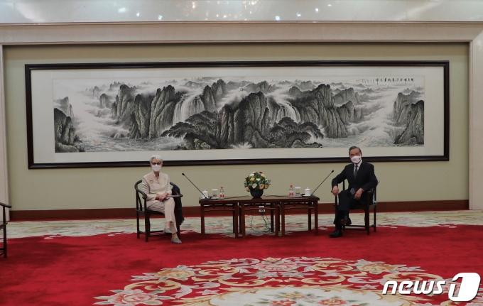 중국 톈진에서 회동한 웬디 셔먼 미국 국무부 부장관(왼쪽)과 왕이 중국 외교부장. © 로이터=뉴스1