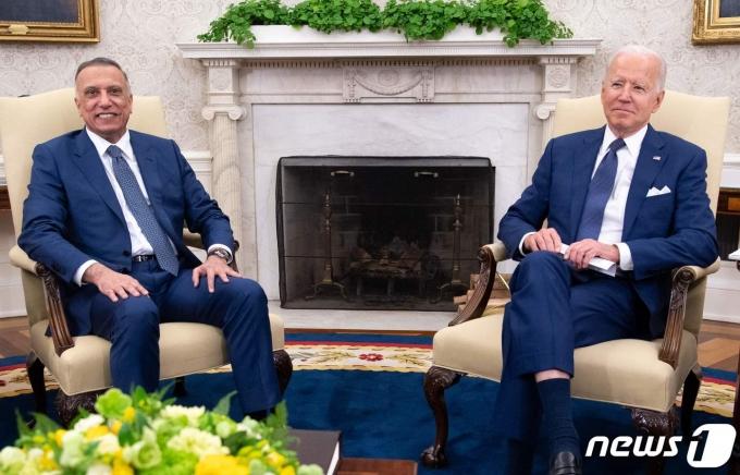 조 바이든 미국 대통령(오른쪽)과 무스타파 알 카드히미 이라크 총리.  © AFP=뉴스1