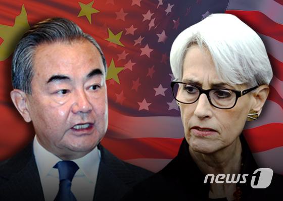 왕이 중국 외교 담당 국무위원 겸 외교부장(왼쪽)과 웬디 셔먼 미국 국무부 부장관. © News1 김초희 디자이너