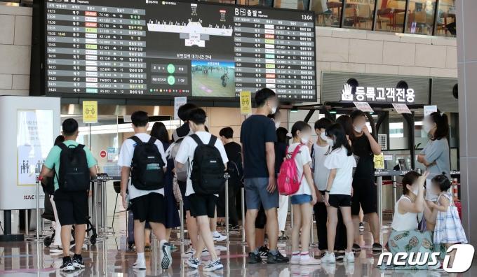 26일 오후 서울 강서구 김포공항 국내선 출국장에 여행을 떠나는 시민들로 북적이고 있다. 2021.7.26/뉴스1 © News1 김진환 기자