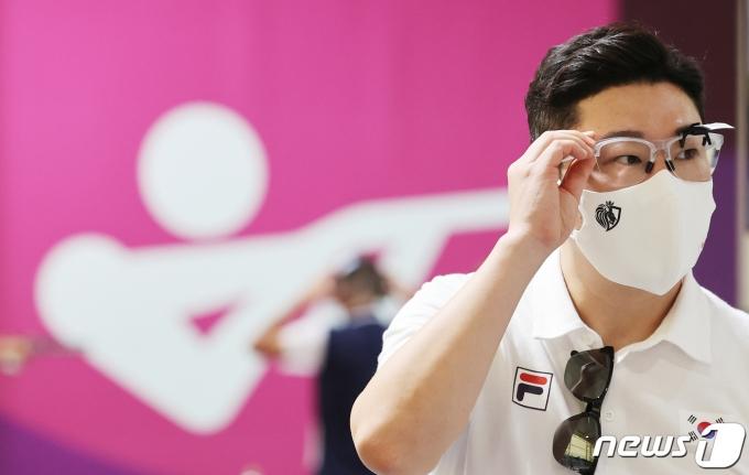 진종오가 지난 20일 오전 일본 도쿄 아사카 사격장에서 훈련에 앞서 안경을 고쳐쓰고 있다.  2021.7.20/뉴스1 © News1 이재명 기자