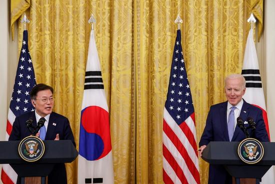지난 26일(이하 현지시각) 조 바이든 미국 대통령이 한국전쟁 정전기념일을 맞아 한국과의 우정과 신뢰가 자랑스럽다고 밝혔다. 사진은 지난 5월21일 문재인 대통령(왼쪽)과 바이든 대통령의 공동기자회견 모습. /사진=로이터