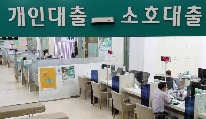 국내 5대 시중은행들이 지난달 가계 일반신용대출 금리를 일제히 올렸다. 사진은 지난달 서울 시내 한 은행의 대출 창구 모습./사진=뉴스1