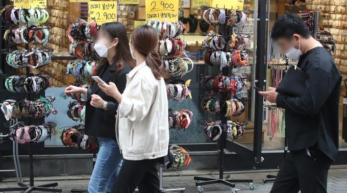 올 2분기 우리나라 경제성장률이 0.7%를 기록했다. 신종 코로나바이러스 감염증(코로나19)로 위축됐던 민간소비가 개선된 영향으로 분석된다. 사진은 지난 4월 서울 중구 명동 모습./사진=뉴스1