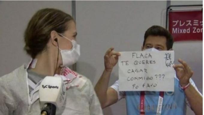 아르헨티나 펜싱 선수 마리아 벨렌 페레스 마우리세(왼쪽)가 아르헨티나 TyC스포츠와 인터뷰를 하던 중에 코치이자 연인인 루카스 기예르모 사우세도 코치로부터 청혼을 받았다. /사진=TyC스포츠 트위터