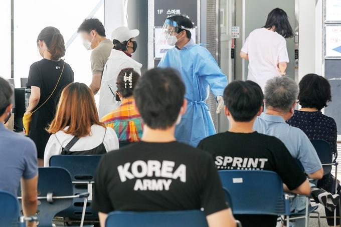 코로나19 신규 확진자가 27일 0시 기준 1365명으로 조사됐다. 사진은 지난 26일 서울 강남구보건소에 마련된 임시 선별진료소에서 코로나19 검사를 기다리는 시민 모습. /사진=뉴스1